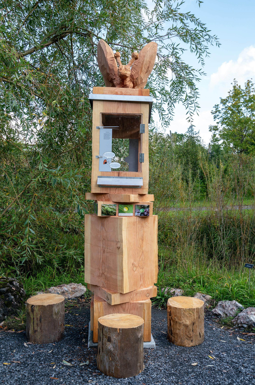 Die künstlerische Skulptur zeigt die Verwandlung vom Ei bis zum Schmetterling (Metamorphose).