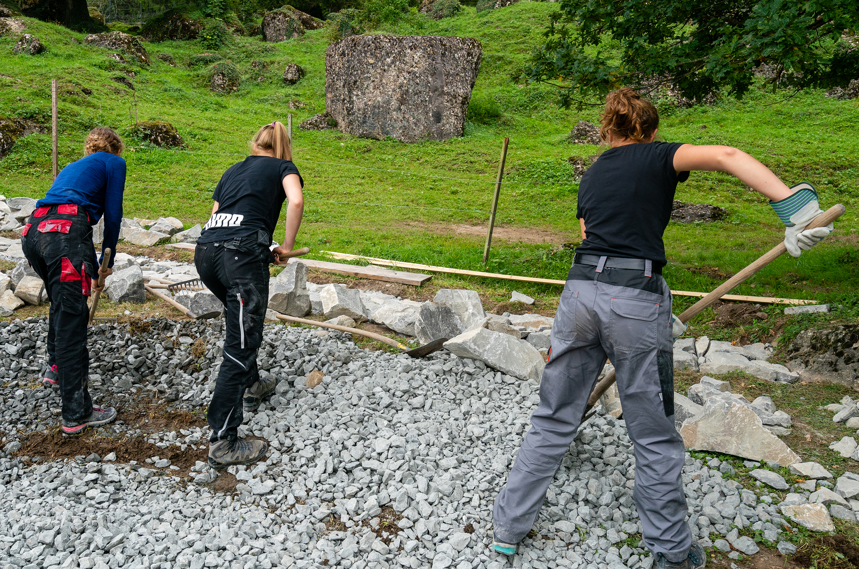 Jugendliche der Fachmittelschule Luzern bei der Arbeit an der Trockensteinmauer.